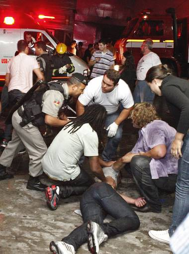 brazilfire 002 3 4 rx512 c380x510 Complete panic as 232 killed in Brazil nightclub fire