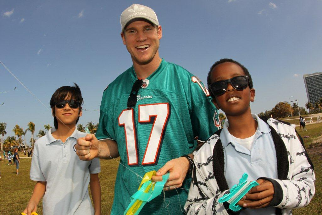 "LR Ryan Tannehill with students from Greynolds Park Elementary at Kiting with Kids and Fins in Miami Dade Miami Dolphins Press Release   Miami Dolphins Take Part in ""Kiting with Kids and Fins"""