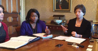 WHITE HOUSE AIDES White House Aides defend Obama budget proposal