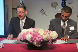 TECO New York Director -General Andrew C.J. Kao (l) and TMCF CEO Johnny C. Taylor Jr. sign the letter of intent