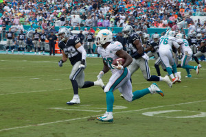 Miami Dolphins running back Lamar Miller rushing against Dallas Cowboys.